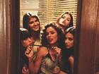 Bruna Marquezine manda beijo com atrizes em gravação de novela