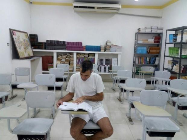 Cela foi transformada em sala de aula e biblioeteca na Penitenciária de Segurança Máxima Geraldo Beltrão (Foto: João Rosas/Arquivo Pessoal)