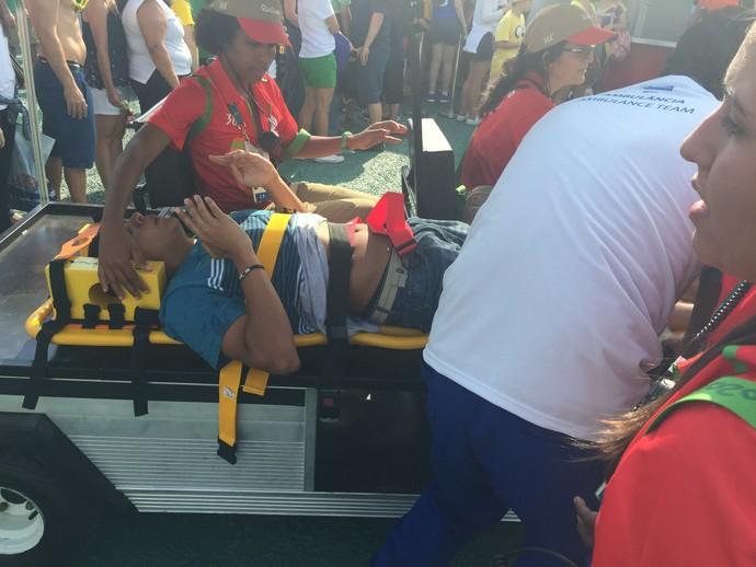 Homem passou mal na fila por comida no Parque Olímpico e foi levado para hospital (Foto: Felippe Costa)