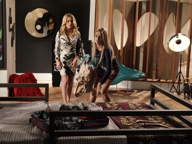 Megan fica desesperada e decide ir atrás de Davi. Pamela tenta impedi-lá de fazer besteira (Foto: Pedro Curi/ TV Globo)