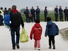 Centenas de migrantes são retirados de campo de Idomeni, em Lesbos