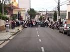 Servidores protestam contra salário parcelado e bloqueio de vale-refeição