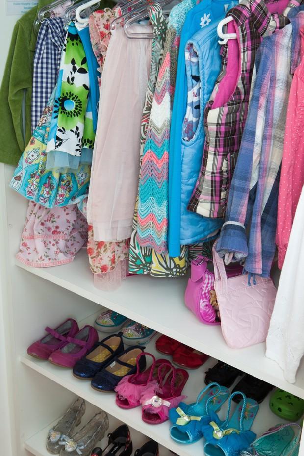 Armário infantil no apartamento da designer de papelaria Marcia K (Foto: Divulgação)