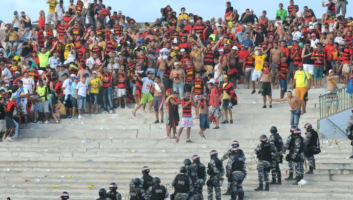 sport torcida polícia violência (Foto: Aldo Carneiro / Pernambuco Press)