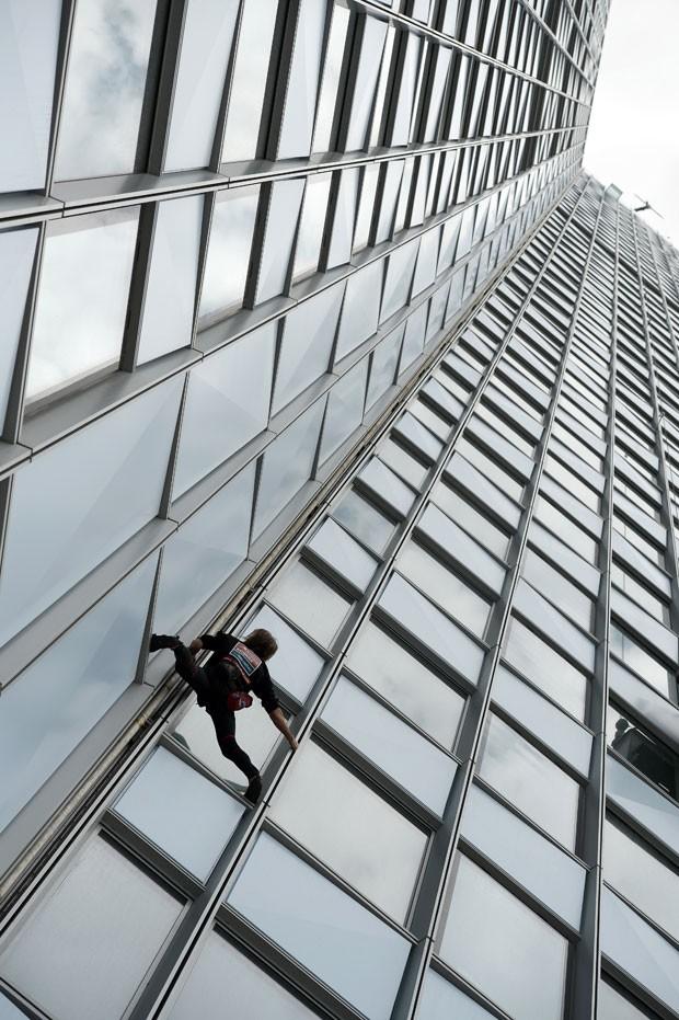 O aventureiro surpreende por não usar equipamentos de segurança. Ele já escalou mais de cem dos prédios mais altos do mundo, incluindo o Burj Khalifa, de 828 metros, em Dubai. (Foto: Franck Fife/AFP)