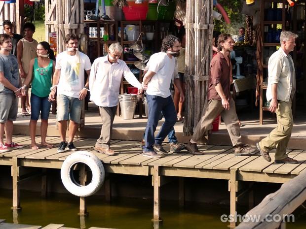 Kléber passeia com a tropa do bem amordaçada e mostra quem manda em Tapiré (Foto: Além do Horizonte/TV Globo)