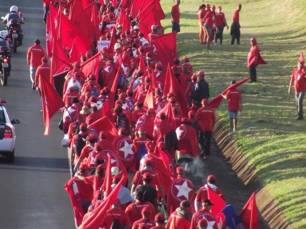 Cerca de 350 manifestantes saíram de Assis na manhã de hoje  (Foto: Roberto Silo/ Diário de Assis)