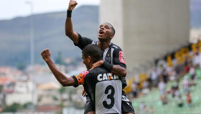 Atacante Robinho comemora gol abraçado ao zagueiro Leonardo Silva (Foto: Bruno Cantini /Flickr do Atlético-MG)