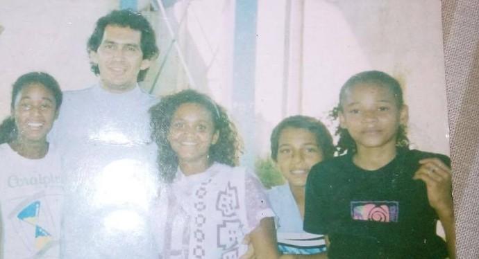 Lidimar Antônio Marquês ao lado de Alexandra e outras alunas e atletas (Foto: Arquivo Pessoal)