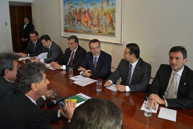 O presidente da Câmara, Henrique Eduardo Alves, e o ministro da Justiça, José Eduardo Cardozo, se reúnem com procuradores e delegados para discutir a PEC 37/2011. (Foto: Wilson Dias/ABr)