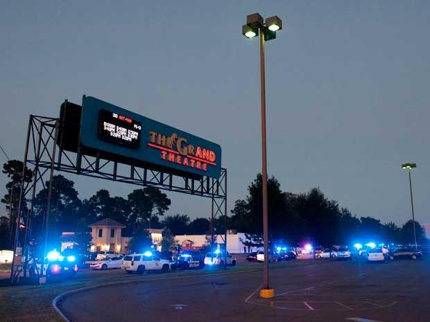 Policiais cercam região do cinema (Foto: Brad Kemp / The Advocate / via AP Photo)