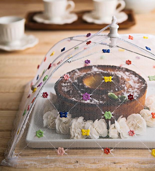 Botõezinhos coloridos de formatos diversos enchem o cobre-bolo com graça. Botões We Care About, prato Tok & Stok, xícaras Via Vila (Foto: Cacá Bratke / Editora Globo)