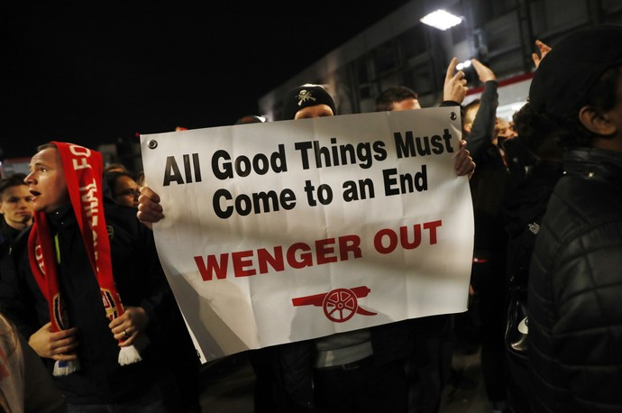 Protesto pede saída de Arsene Wenger Arsenal x Bayern de Munique (Foto: Reuters)