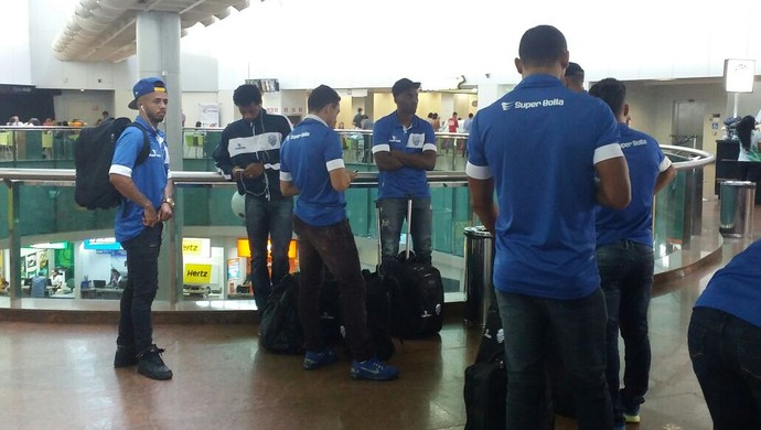 CSA embarque (Foto: Augusto Oliveira/GloboEsporte.com)