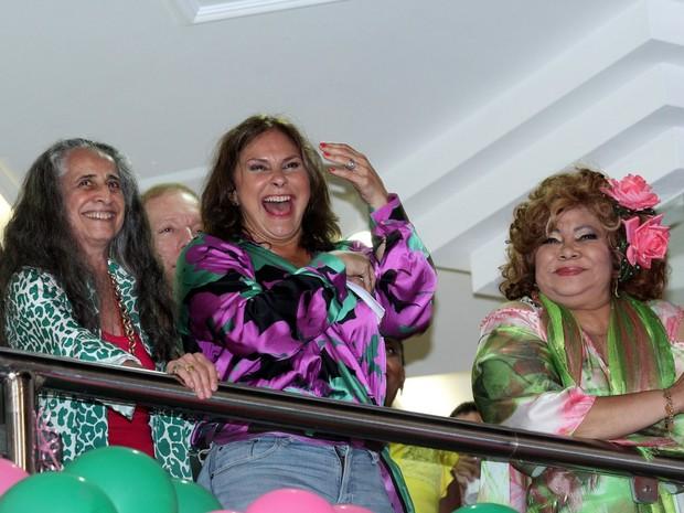 Maria Bethânia, Fafá de Belém e Alcione em festa na quadra da Mangueira, na Zona Norte do Rio (Foto: Alex Palarea/ Ag. News)