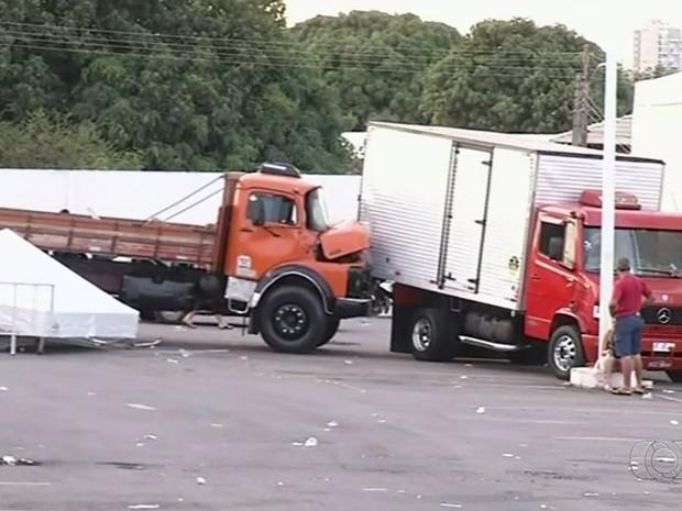Caminhão atingiu barraca, atropelou pessoas e só parou ao atingir outro veículo, em Anápolis, Goiás (Foto: Reprodução/TV Anhanguera)