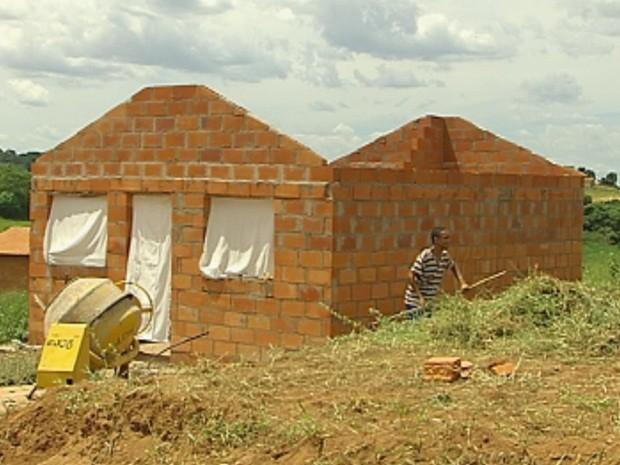 Até imóveis sem telhado foram ocupados pelos moradores (Foto: Reprodução/TV TEM)
