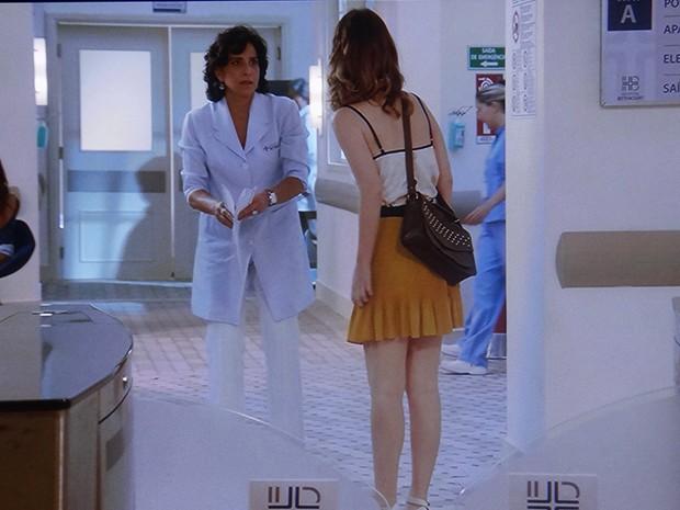 Laura fica de frente com Adriana, sua possível mãe (Foto: TV Globo)
