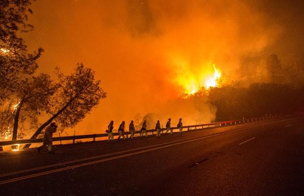 Bombeiros tentam conter incêndio na Califórnia, que já consumiu 27 mil acres. (Foto: Josh Edelson/France Presse)