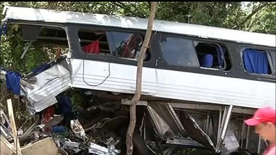 Cinco feridos em colisão entre ônibus e caminhão continuam internados
