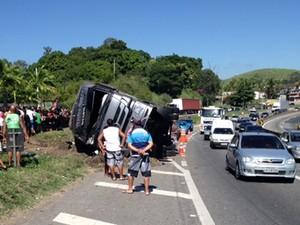 Caminhão com frango tomba na Dutra, no Sul do RJ, e deixa um ferido (Foto: Raphael Costa/TV Rio Sul)