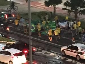 Manifestantes na orla de Camburi, em Vitória (Foto: Andrea Rodrigues Gomes/ VC no G1)
