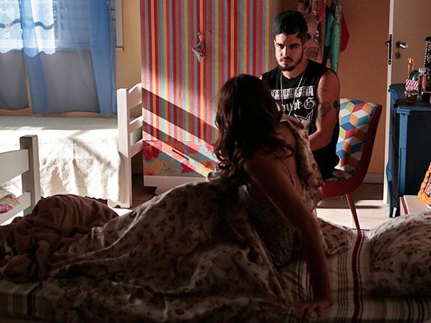 Mari se assusta ao acordar e encontrar Grego em seu quarto (Foto: Felipe Monteiro/Gshow)