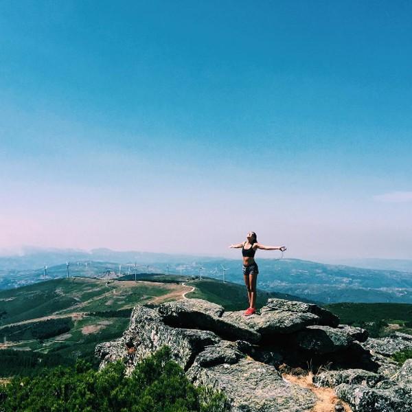 Mariana Goldfarb sobe no alto de montanha e agradece ajuda divina (Foto: Reprodução / Instagram)
