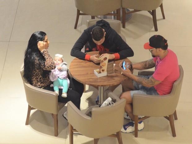 Naldo com Ellen Cardoso, a Mulher Moranguinho, e os filhos, Maria Victoria e Pablo, em shopping na Zona Oeste do Rio (Foto: Fábio Moreno/ Ag. News)