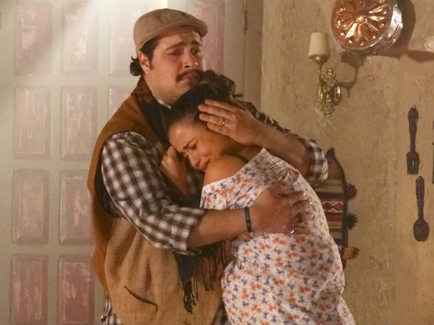 Demir tenta consolar Morena, mas a gata imagina o sofrimento de sua família (Foto: Salve Jorge/TV Globo)