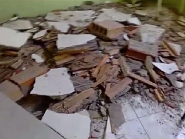 Blocos do teto ficaram caídos no chão (Foto: Reprodução / TV Subaé)
