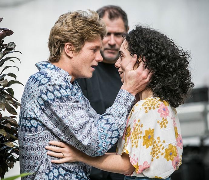 Sob o olhar atento do diretro Marcelo Tavesso, Pedro fez sua primeira cena com a também atriz Samara Chedid (Foto: Raphael Dias / Gshow)