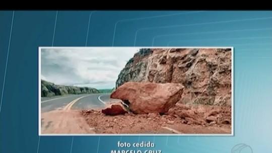 Pedra de dois metros de altura desliza e preocupa motoristas na BR-364