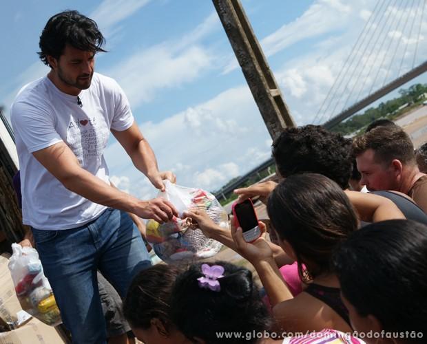 Sérgio Marone bota a mão na massa para ajudar (Foto: Domingão do Faustão / TV Globo)