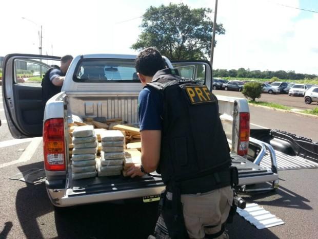Tabletes de maconha e cocaína estavam escondidos em um fundo falso na carroceria do veículo estrangeiro (Foto: PRF / Divulgação)