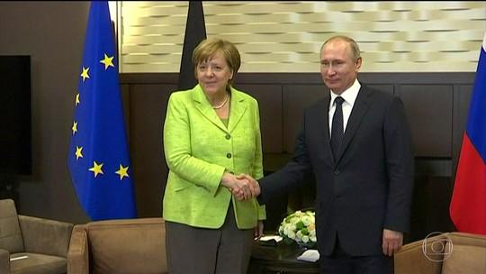 Putin se encontra com Merkel e nega ter interferido em eleições