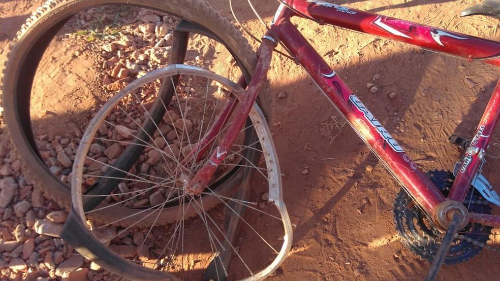 Bicicleta onde as vítimas estavam (Foto: Rondônia News/Reprodução)