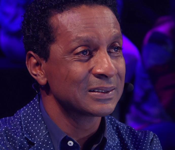 Luís Miranda segura a emoção enquanto sua mãe diz lindas palavras (Foto: TV Globo)