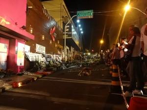 Familiares e amigos prestam homenagem às vitimas do incêndio em frente à boate Kiss (Foto: Márcio Luiz/ G1)