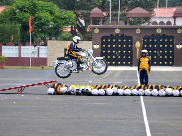 Um soldado indiano saltou de moto sobre 21 colegas durante uma cerimônia militar  Bengaluru, na Índia, na terça-feira (8) (Foto: Abhishek N. Chinnappa/Reuters)