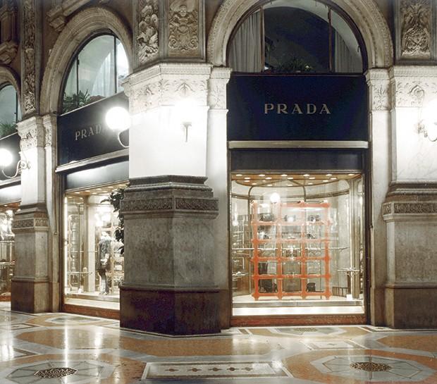 Primeira loja, de 1913 - Foi o avô de Miuccia, Mario, quem abriu o negócio de artigos de couro dentro da Galeria Vittorio Emanuele II. A loja influenciou outras marcas de luxo a virem em seguida (Foto: Divulgação)