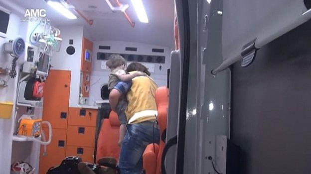 Omran no colo do socorrista (Foto: Reprodução/YouTube)