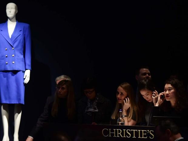 Roupa de Margaret Tatcher obteve 25.000 libras em leilão em Londres (Foto: LEON NEAL / AFP)