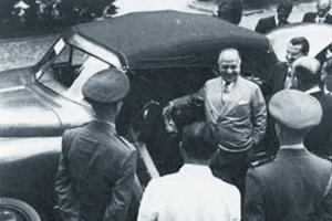 Getúlio Vargas examinando o protótipo de um carro  brasileiro produzido pela Fábrica Nacional de Motores,  em 1951. (Foto: carroantigo.com)