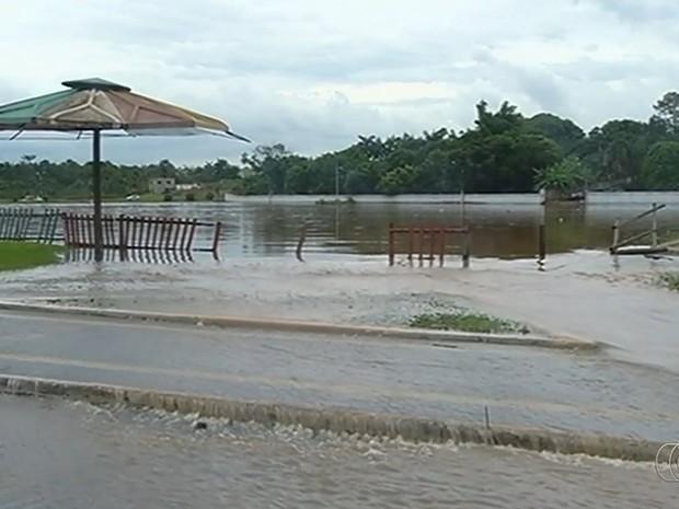Represas transbordaram e ruas ficaram alagadas em Catalão, Goiás (Foto: Reprodução/TV Anhanguera)