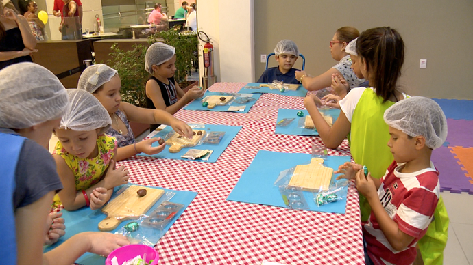 Eles aprenderam a fazer o próprio ovo de páscoa (Foto: Divulgação / TV Gazeta ES)