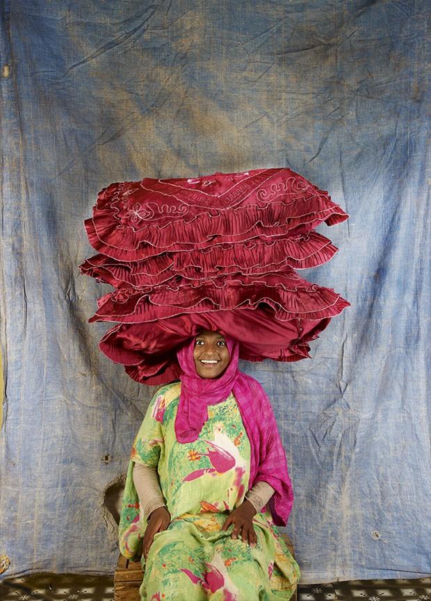 Mulheres carregam pesos da cabeça: Hyatt, da Etiópia (Foto: Floriane de Lassée)
