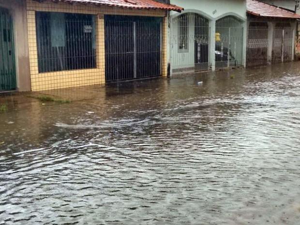Água tomou as ruas de Pouso Alegre (MG) (Foto: Reprodução EPTV)