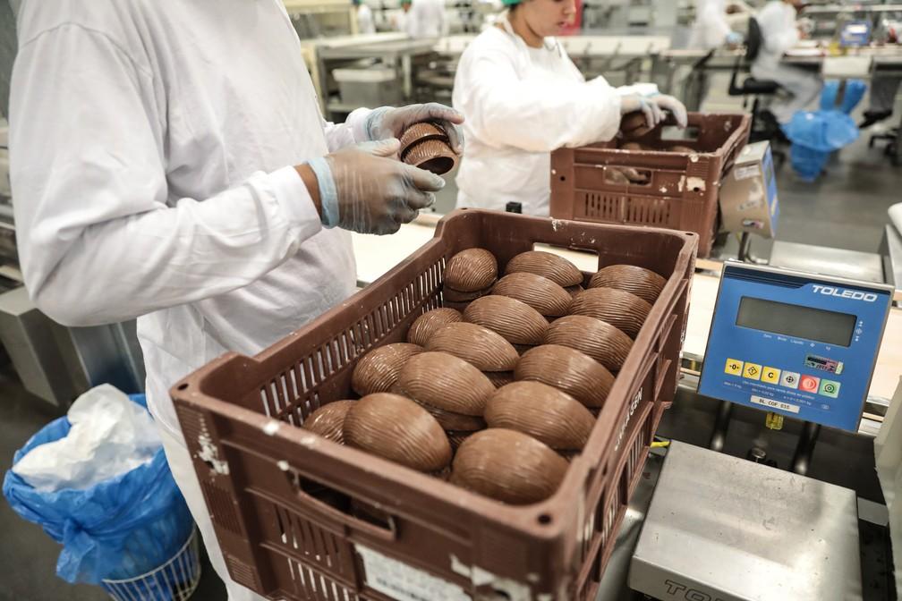 Fabricação de ovos de chocolate na fábrica da Kopenhagen em Extrema (MG), no ápice da sua produção para a Páscoa (Foto: Fábio Tito/G1)