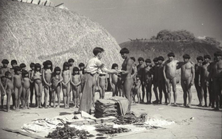 Distribuição de brindes aos índios Kuikuro pela equipe do Serviço de Proteção ao Índio (Foto: Divulgação/Museu do Índio)